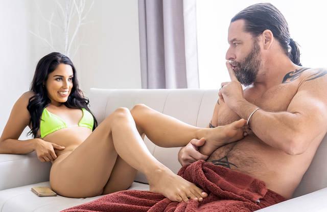 Моложавая Бабенка Любит Секс С Латиноамериканцем